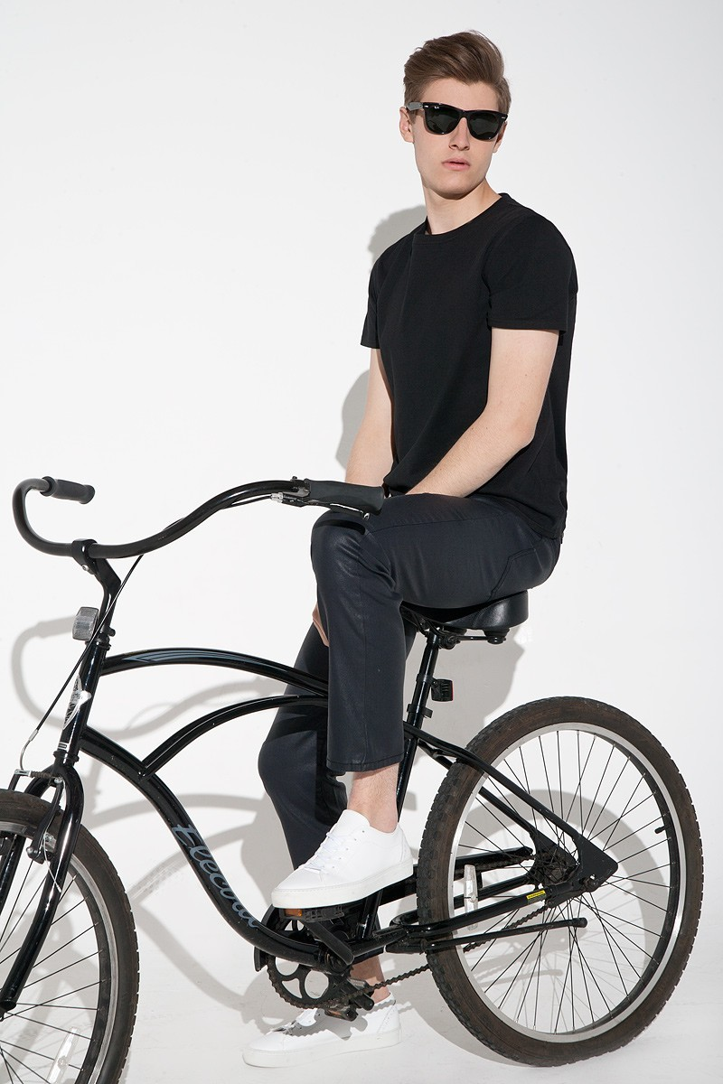 Czarne spodnie męskie woskowane jeansy