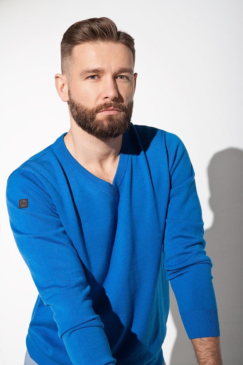 niebieski sweter męski w serek